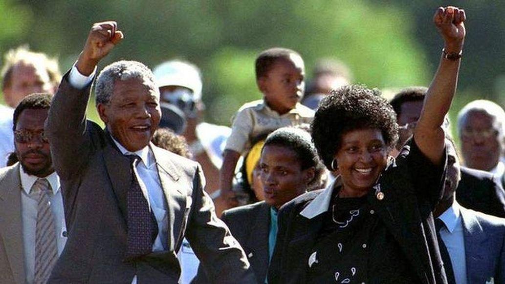 Mandela opuszcza więzienie.