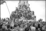 Portugalia.Rewolucja.demonstracja.przy.pomniku