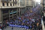 """Sobotnia demonstracja w Barcelonie liczyła do 300 tys. osób. Hasło na banerze: """"Dość wymówek - witajmy ich teraz"""". Oczywiście, chodzi o uchodźców."""