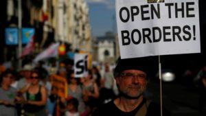 """17.06 17. Madryt. 8 tys. osób żąda wypełnienia przez rząd obietnic przyjęcia 17 tys. uchodźców. W pełni zgadzamy się z hasłem na zdjęciu: """"Otworzyć granice!""""."""