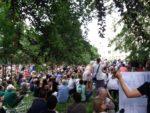 24.06.17 Warszawa. Uczestniczki/cy Marszu dla Puszczy przed Ministerstwem (Niszczenia) Środowiska.