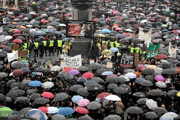 03.10.16 Warszawa. Ogólnopolski Strajk Kobiet. Wielki Czarny Protest ogarnął cały kraj.
