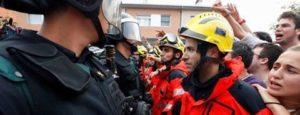 Strażacy bronią ludzi przed atakami policji.