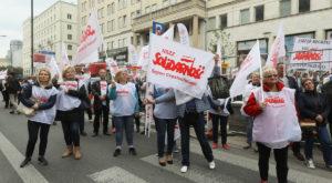 """16.09.17 Warszawa. Protest """"Solidarności"""" przed siedzibą  Komisji Europejskiej. Słusznie, że przeciwko ingerencji KE ws. emerytur  w Polsce – jednak źle, że z politykami PiS na trybunie."""