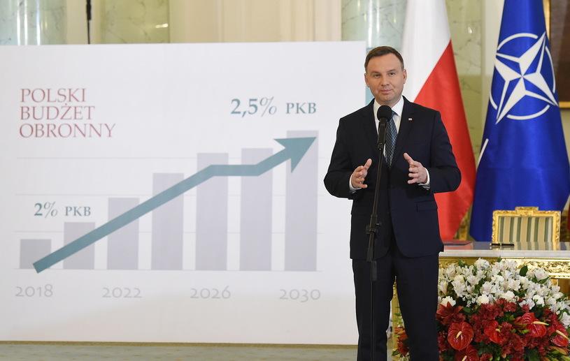 23.10.17 Zadowolony z siebie Andrzej Duda po podpisaniu nowelizacji ustawy, która zwiększa wydatki zbrojeniowe.