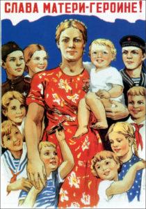 """""""Chwała matce-bohaterce!"""". Plakat propagandowy z ZSRR czasów Stalina."""