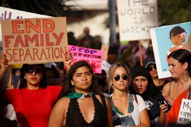 Czerwcowy antytrumpowy protest przeciwko polityce rozdzielenia dzieci od rodziców i umieszczaniu ich w klatkach.