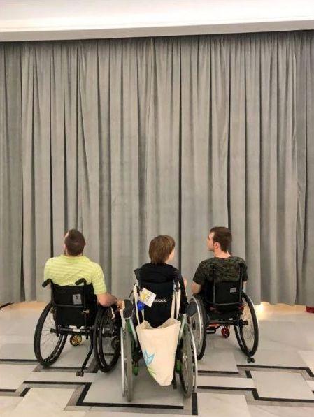 Jakże symboliczny obraz. W Sejmie osoby z niepełnosprawnością odgrodzeni od VIP-ów natowskich wielką kotarą.