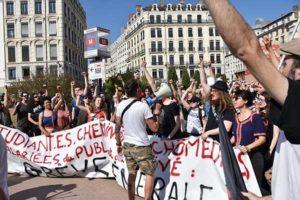 Studentki/ci na wspólnej, 8-tysięcznej demonstracji z pracownikami w demonstracji w Lyonie.