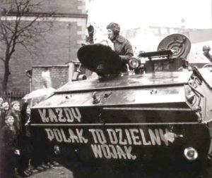 """Polskie wojsko wraca do kraju po """"dzielnej""""  inwazji na Czechosłowację. W ostatnich latach podobna, haniebna propaganda towarzyszyła polskiemu uczestnictwu w """"interwencjach""""  w Iraku i Afganistanie."""