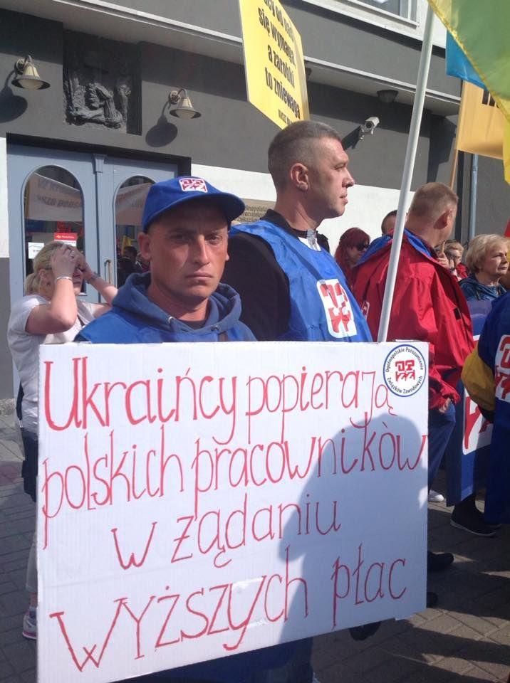 Grupa Międzyzakładowego Związku Zawodowego Pracowników Ukraińskich w Polsce (zrzeszonego w OPZZ) na demonstracji 22 września. Choć niewielka, to symbolicznie bardzo ważna, dodając do generalnie pozytywnego ducha jedności pracowniczej różnych branż element solidarności ponad podziałami narodowymi. A w dzisiejszej Polsce ma to znaczenie szczególne.(Z facebookowego profilu Sebastiana Liszki).