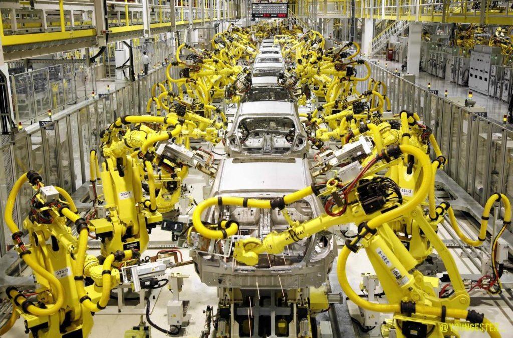 Robotyzacja w fabryce samochodów.