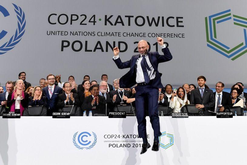 Przewodniczący szczytowi Michał Kurtyka udaje, że COP24 zakończył się sukcesem.