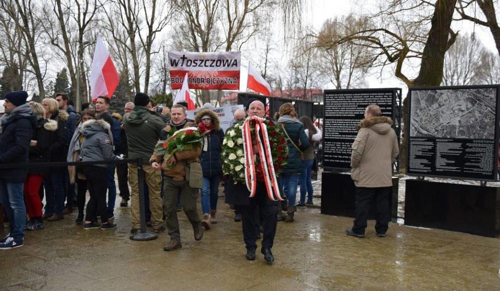 """Faszyści maszerują pod bramę Auschwitz w dniu 74. rocznicy wyzwolenia obozu. Ich wódz wykrzykuje: """"Czas walczyć z żydostwem"""". Kolejny powód, by budować demonstracje antyrasistowskie 16 marca – i w nich uczestniczyć."""