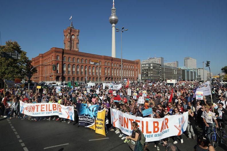 13.10.18 Berlin. Demonstracja 250 tys. antyrasistów.