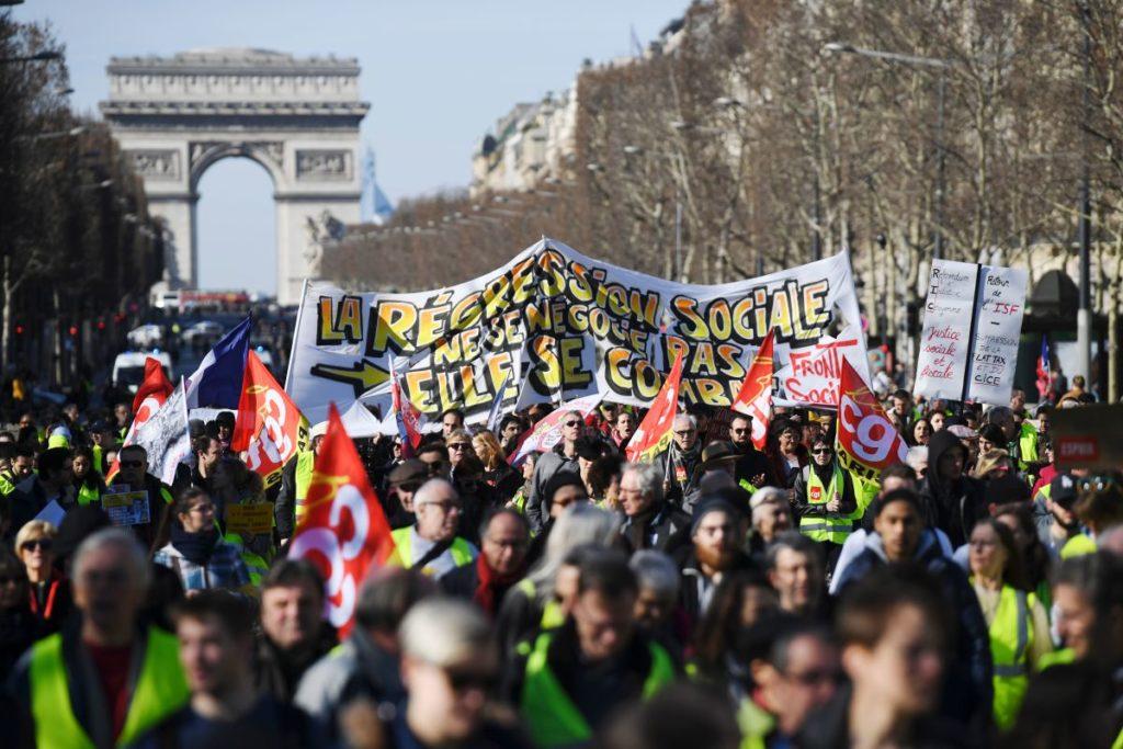 17.02.19 Champs-Élysées w Paryżu. Demonstracja Żółtych Kamizelek. Widać liczne flagi centrali związkowej CGT.