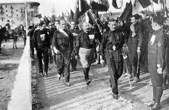 """Mussolini (drugi z lewej) podczas """"Marszu na Rzym""""."""