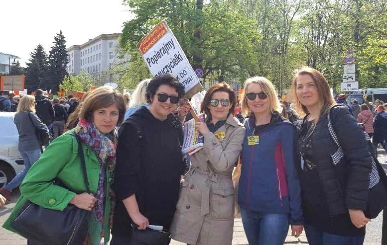 24.04.19 Demonstracja pod MEN. Agnieszka Kaleta (z tabliczką)  z koleżankami z I LO im. Bolesława Limanowskiego w Warszawie.