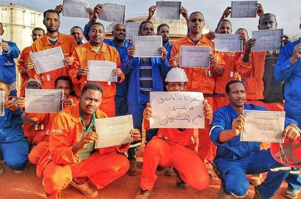 Strajkujący pracownicy naftowi.