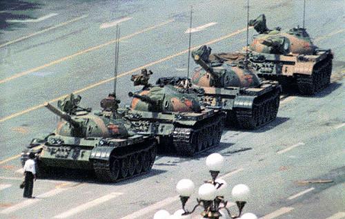 05.06.1989 Plac Tiananmen. Ta osoba stała się symbolem odwagi protestujących.