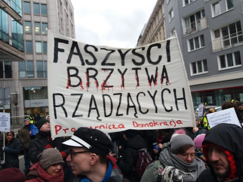 """Transparent Pracowniczej Demokracji z napisem: """"Faszyści brzytwą rządzących"""""""