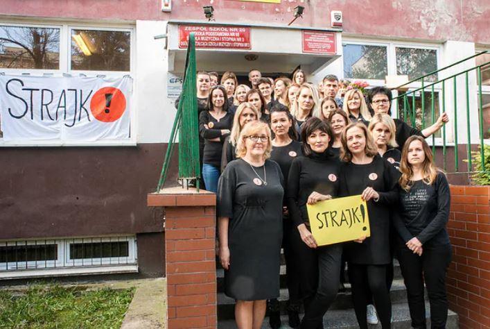 Kwiecień 2019 r Wrocław. Wiele nauczycielek uczestniczyło w 2016 r. w Czarnych Protestach w sprawie aborcji – dwa i pół roku później niektóre, jak te na zdjęciu, strajkowały w czarnych koszulkach.