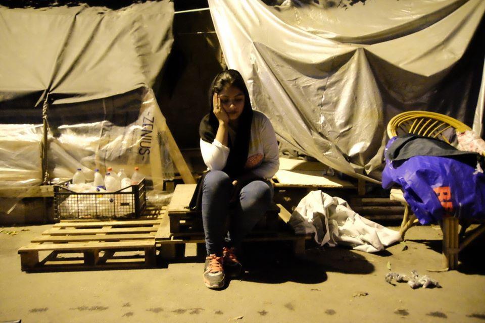 Eleonas, Ateny. Uchodźczyni protestuje przy bramie obozu.