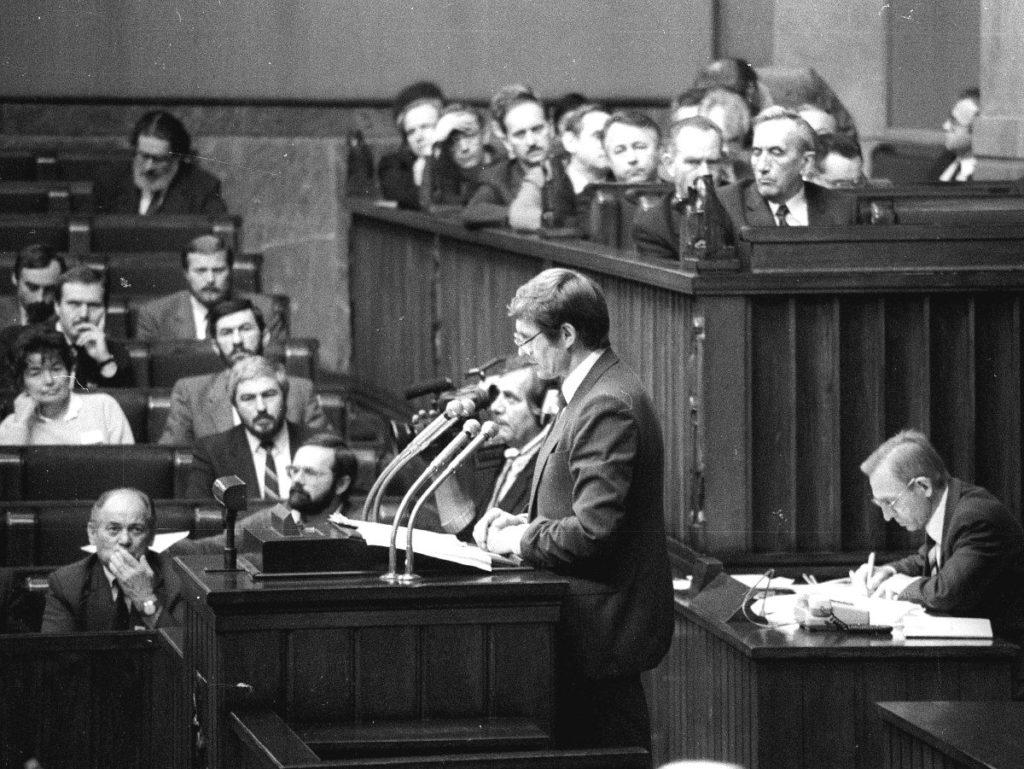 """Balcerowicz przedstawił """"terapię szokową"""" w Sejmie 17 grudnia 1989 r."""