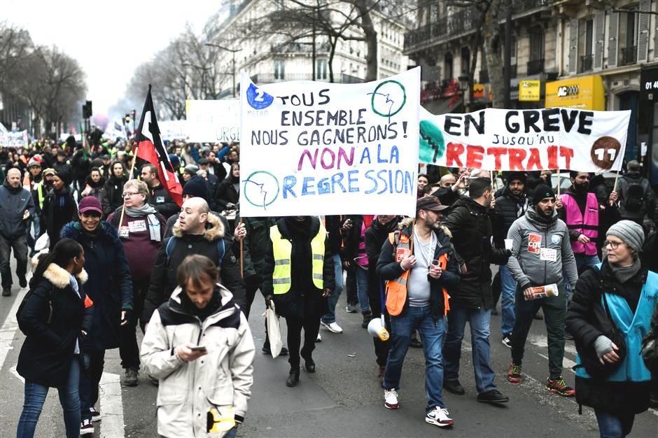 """29.12.19 Paryż. Na transparencie: """"Wszyscy razem zwyciężymy. Nie regresji""""."""