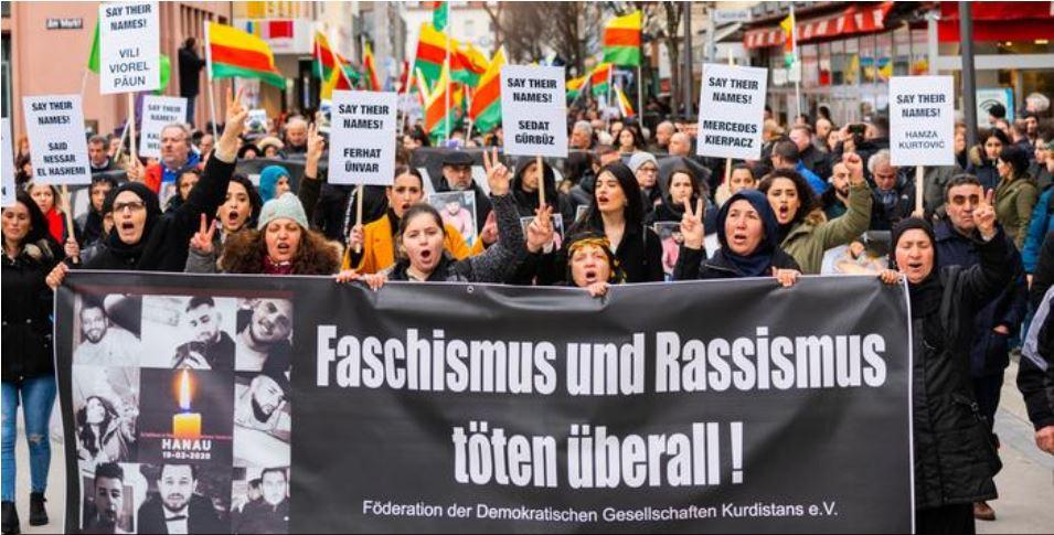 """22.02.20 Hanau. Kilka tysięcy ludzi protestuje. Na banerze: """"Faszyzm i rasizm zabijają wszędzie"""". Protesty odbyły się w kilkudziesięciu miastach."""