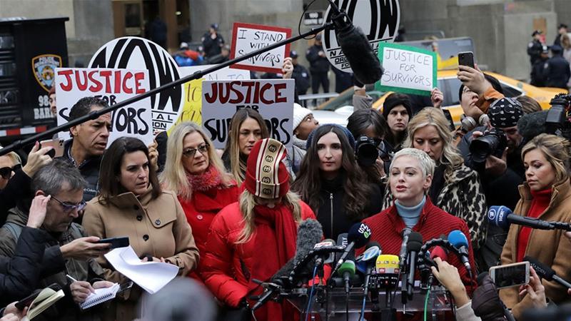 Kobiety protestują przeciwko Weinsteinowi przed sądem w Nowym Jorku.