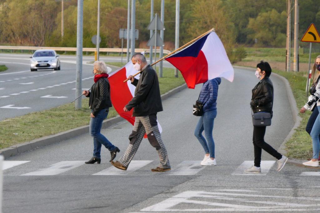 24.04.2020 Chałupki. Pracownice i pracownicy transgraniczni protestowali –  niektórzy z czeskimi i polskimi flagami.