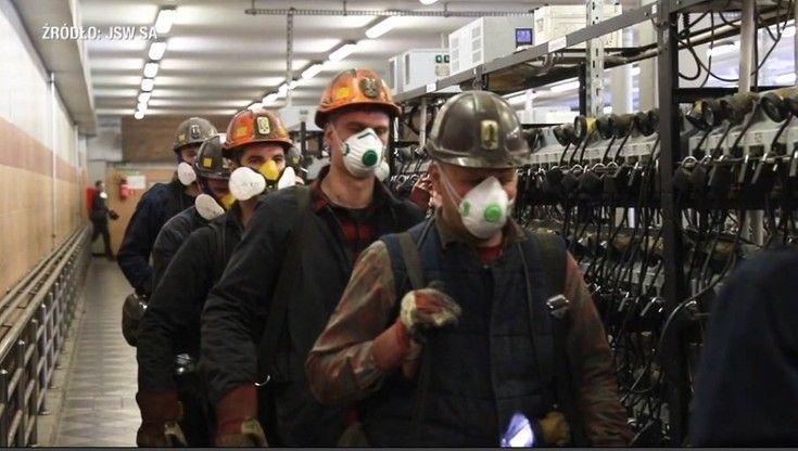 Propagandowe zdjęcia Jastrzębskiej Spółki Węglowej. Stosunek rządu wobec pracowników oddaje fakt, że na koniec maja ok. 4 tys. górników było zakażonych koronawirusem.