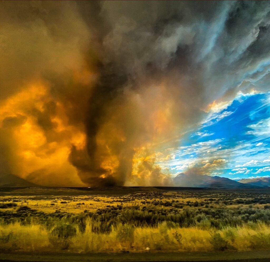 Ogniste tornado w Kalifornii w sierpniu. Zmiany klimatyczne oznaczają, że będzie  na świecie coraz więcej takich ekstremalnych zjawisk pogodowych.