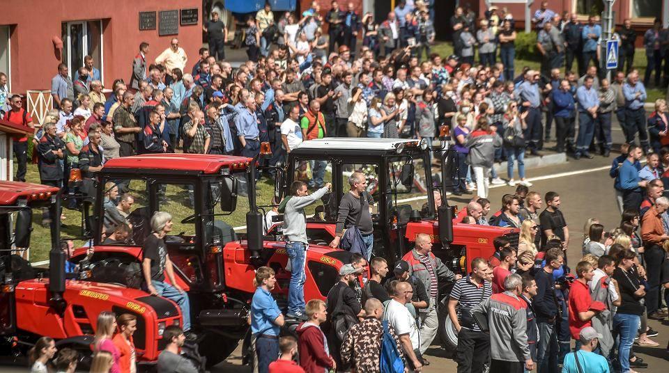 14.08.20 Pracownicy mińskiej fabryki traktorów MTZ.  Potęga strajkujących najbardziej przeraziła Łukaszenkę.
