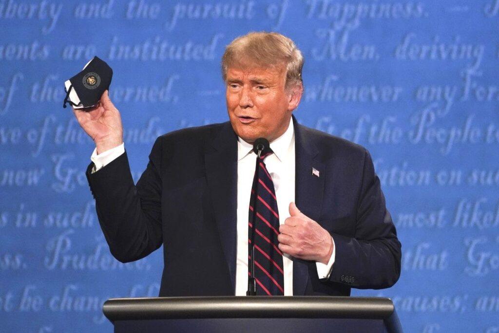"""Podczas pierwszej prezydenckiej debaty Trump zwrócił się do faszystowskiego ugrupowania Proud Boys (Dumni Chłopcy):  """"Czekajcie, bądźcie gotowi""""."""