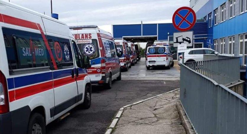 27.10.20 Legnica. Karetki z pacjentami stoją nawet po kilkanaście godzin  w kolejce do oddziału ratunkowego.