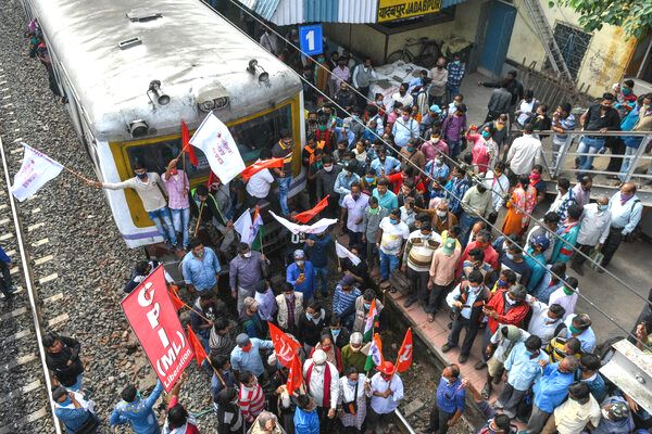 Kolkata. Blokada torów kolejowych podczas strajku.