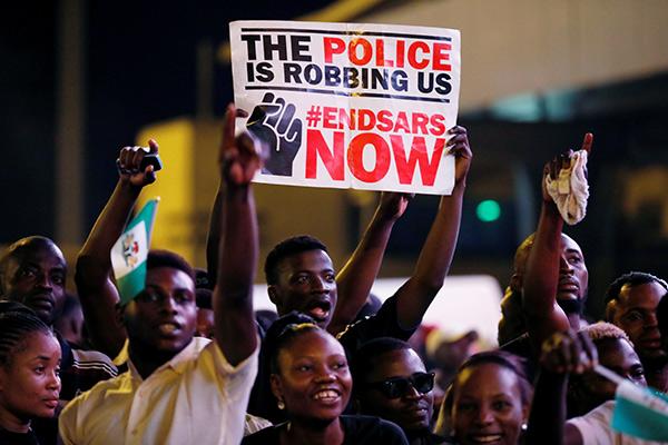 Na plakacie: Policja nas okrada – natychmiast zlikwidować SARS