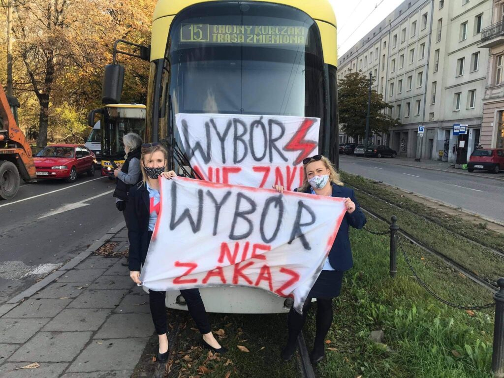 28.10.2020 Łódź. Motornicze dołączyły do protestu kobiet.  Zatrzymały w południe tramwaje i autobusy na 10 minut.