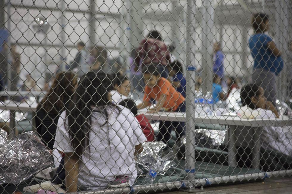 Dzieci w klatkach w McAllen w Teksasie.