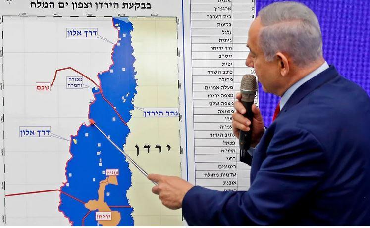 Netanjahu z mapą planowanej aneksji.