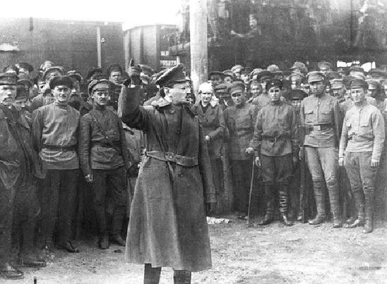 Trocki przemawia do rewolucyjnych żołnierzy i żołnierek w 1918 r.