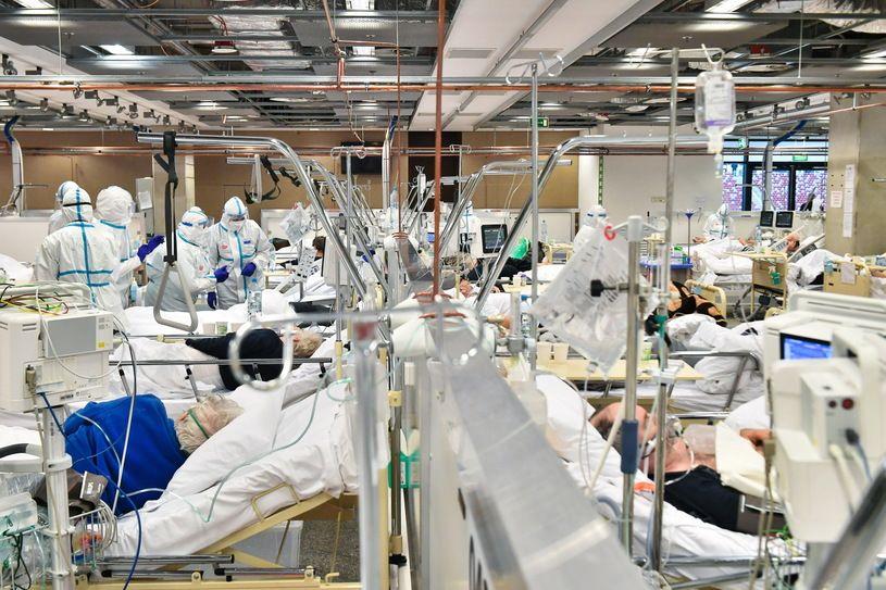 Lekarze i pacjenci na oddziale szpitala tymczasowego w Warszawie.