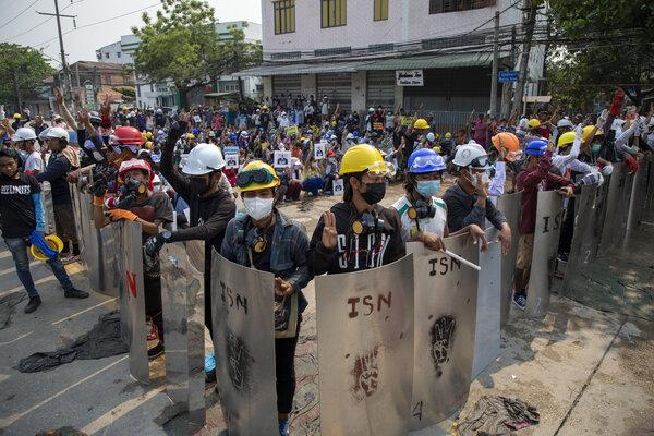 Protestujący się bronią.