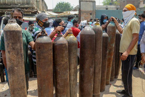 Nowe Delhi. Kapitalistyczna konkurencja oznacza, że w dzisiejszych Indiach  zdesperowani ludzie szukają butli z tlenem.