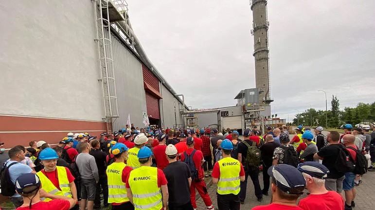 23.06.21 Trzemeszno. Strajkujący pracownicy Paroc Polska.