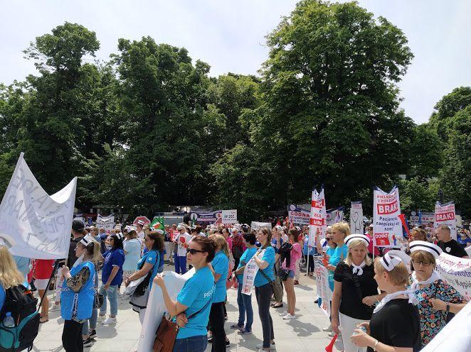 15.06.21. Demonstracja medyczek i medyków przed Sejmem.