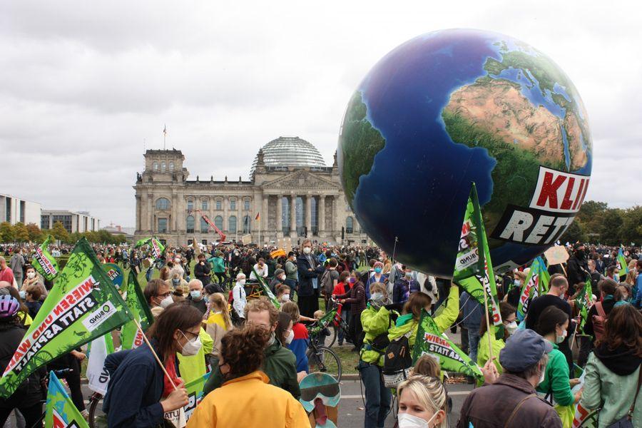 24.09.21.  Protest przed parlamentem w Berlinie w dniu protestów klimatycznych  w wielu krajach, również w Polsce (patrz też s. 12).